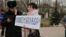 """Выступление активистки с плакатом """"Кожемяко - вор"""" на митинге в Южно-Сахалинске"""