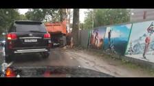 Грузовик врезался в забор на улице Венской в Южно-Сахалинске