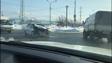 КамАЗ и автомобиль такси столкнулись на перекрестке улиц Транзитной и Холмской