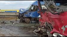 Два автобуса всмятку стоят на виадуке в Южно-Сахалинске
