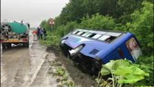 Автобус с пассажирами завалился в кювет на анивской трассе