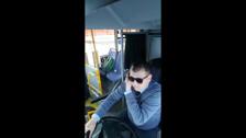 Водитель автобуса в Южно-Сахалинске показывает запрещенные приемы