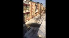 На улице Чехова сбивают наледь без страховки