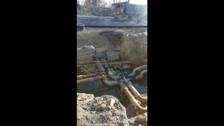 В Южно-Сахалинске асфальтируют дорогу, не устранивутечку воды