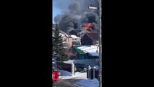 Сразу шесть пожарных машин пытаются спасти дом в Южно-Сахалинске