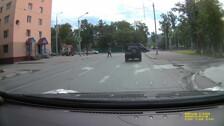 Уважаемые водители, притормаживаете перед пешеходной дорожкой