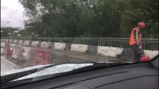 Мост через Сусую по-прежнему ремонтируют двое рабочих